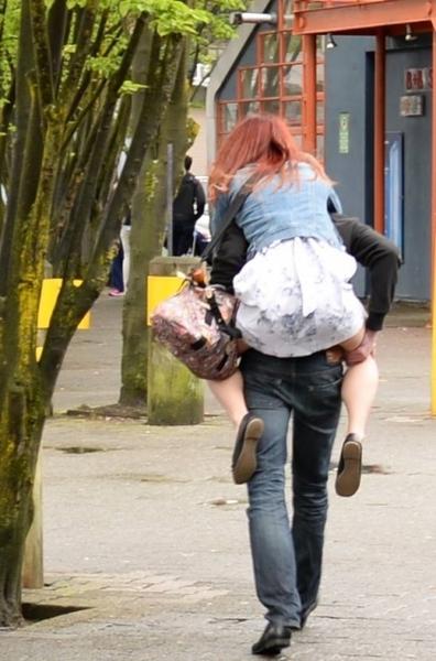 女性を介抱.jpg